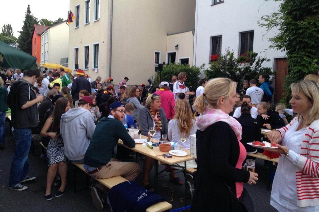 Straßenfest Bonner Talweg vom 21. Juni 2014: Fast jeder hatte für die Gemeinschaft und somit für sich selbst etwas beigetragen