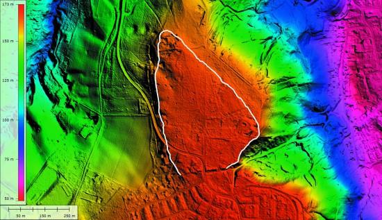 Bonn-Venusberg, digitales Geländemodell des Venusbergplateaus mit dem jungsteinzeitlichen Abschnittswall ganz im Süden und Markierung der maximal zu rekonstruierenden Fläche, die durch den Abschnittswall abgeriegelt wurde (weiße Linie). Bild: E. Claßen, LVR-Amt für Bodendenkmalpflege im Rheinland; Kartengrundlage: Geobasisdaten der Kommunen und des Landes NRW © Geobasis NRW, 2013